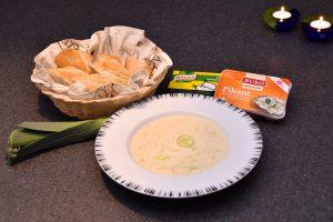 Den færdige suppe samt nogle af ingredienserne