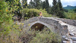 Lige før Theologos kommer man over denne gamle bro