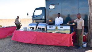 Morgenmadsbuffet på savannen efter ballontur