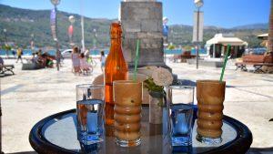 Vi nyder en frappe på Pythagoras torvet i Vathi/Samos