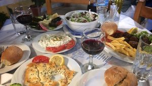 Græsk mad er dejligt. Noget af det vi holder mest af, er at bestille forskellige små-retter og så deles om det hele.